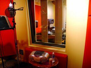 Op bezoek in een audiostudio Peter de Gee Nederlands voice-over
